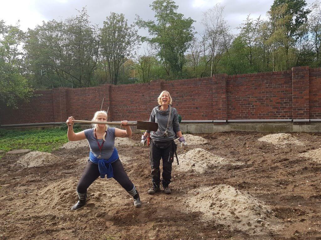in mühsamer Handarbeit haben wir den Sand verteilt